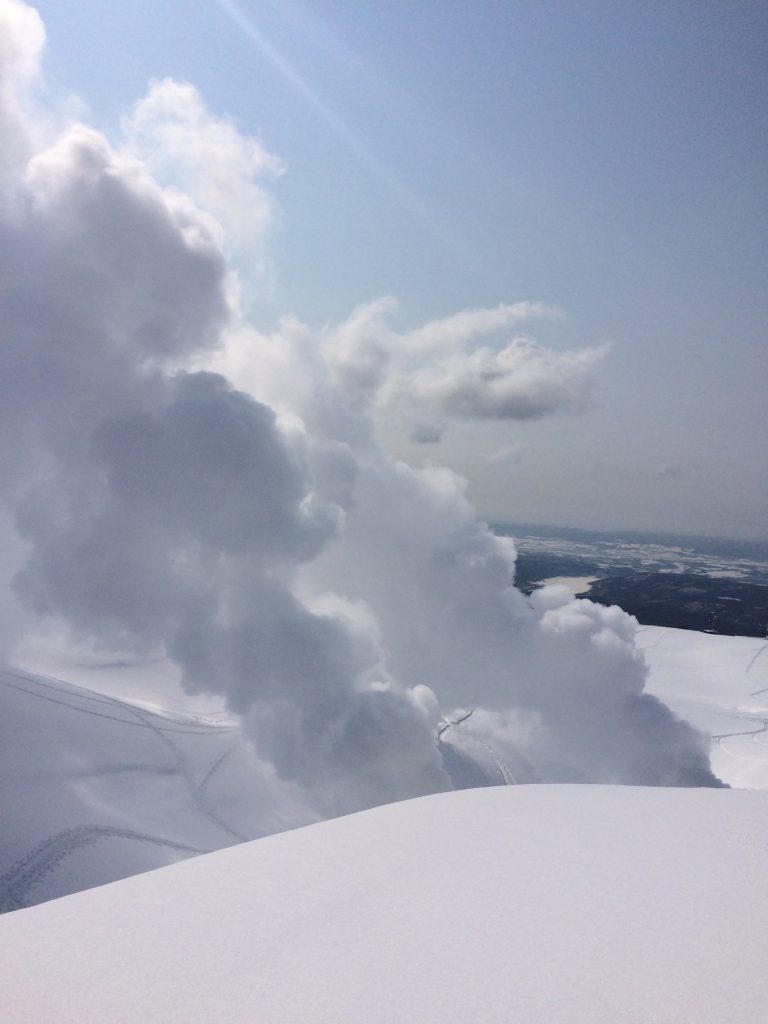 大雪山の噴煙とスノーシュー