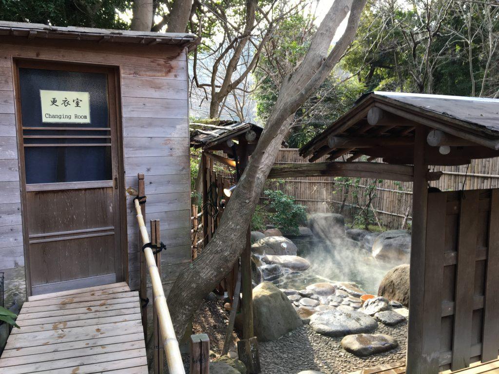 木洩れ日の湯の脱衣所