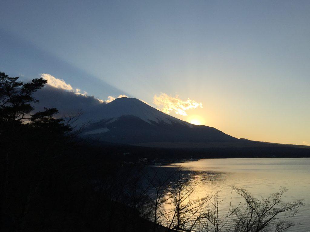 山中湖から望む富士山と夕陽