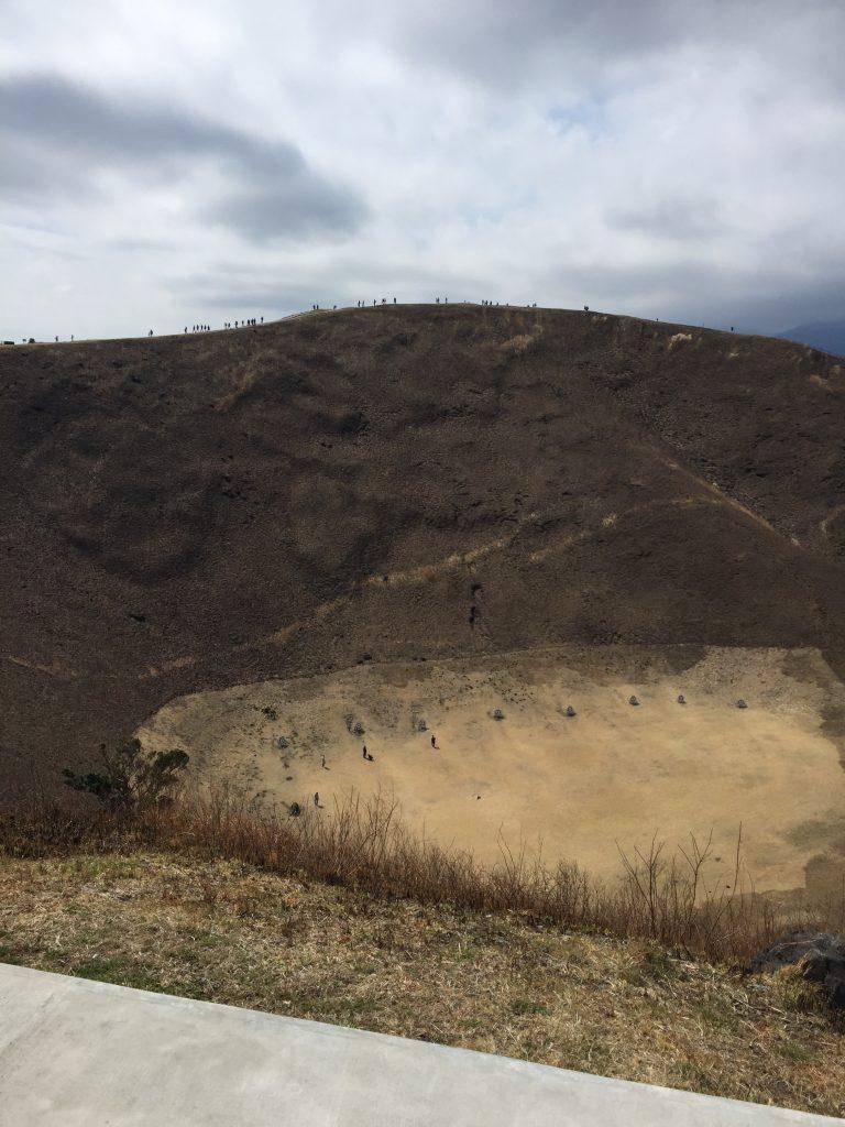 大室山山頂の火口