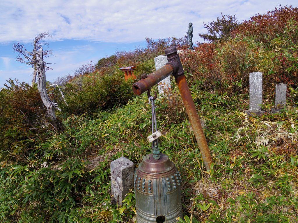 薬師岳山頂の錆びついた鐘