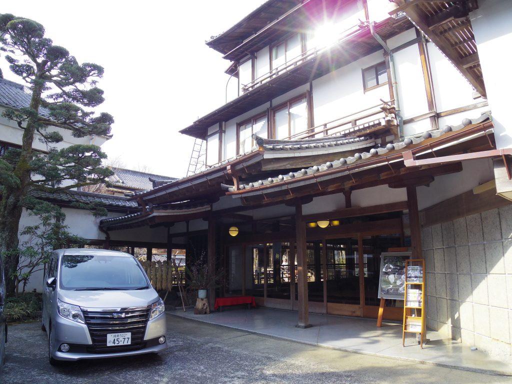 新井旅館の玄関