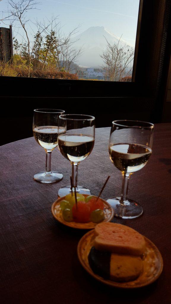 ワイングラスと富士山