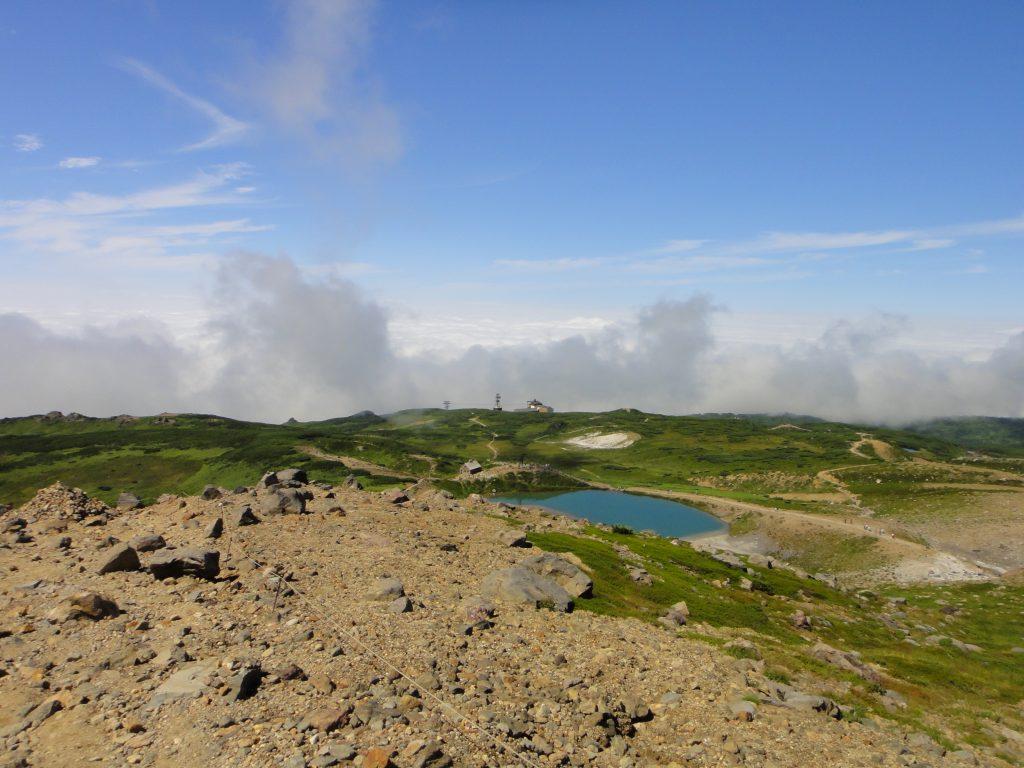 登山道から姿見の池と姿見駅