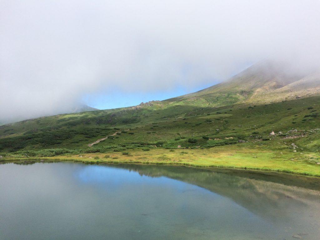 姿見の池に少し青空が