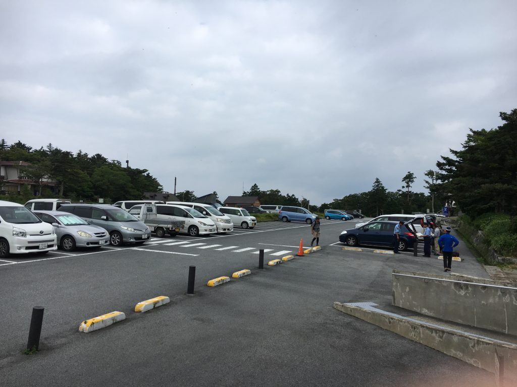 大台ケ原ビジターセンター駐車場と警察の方々