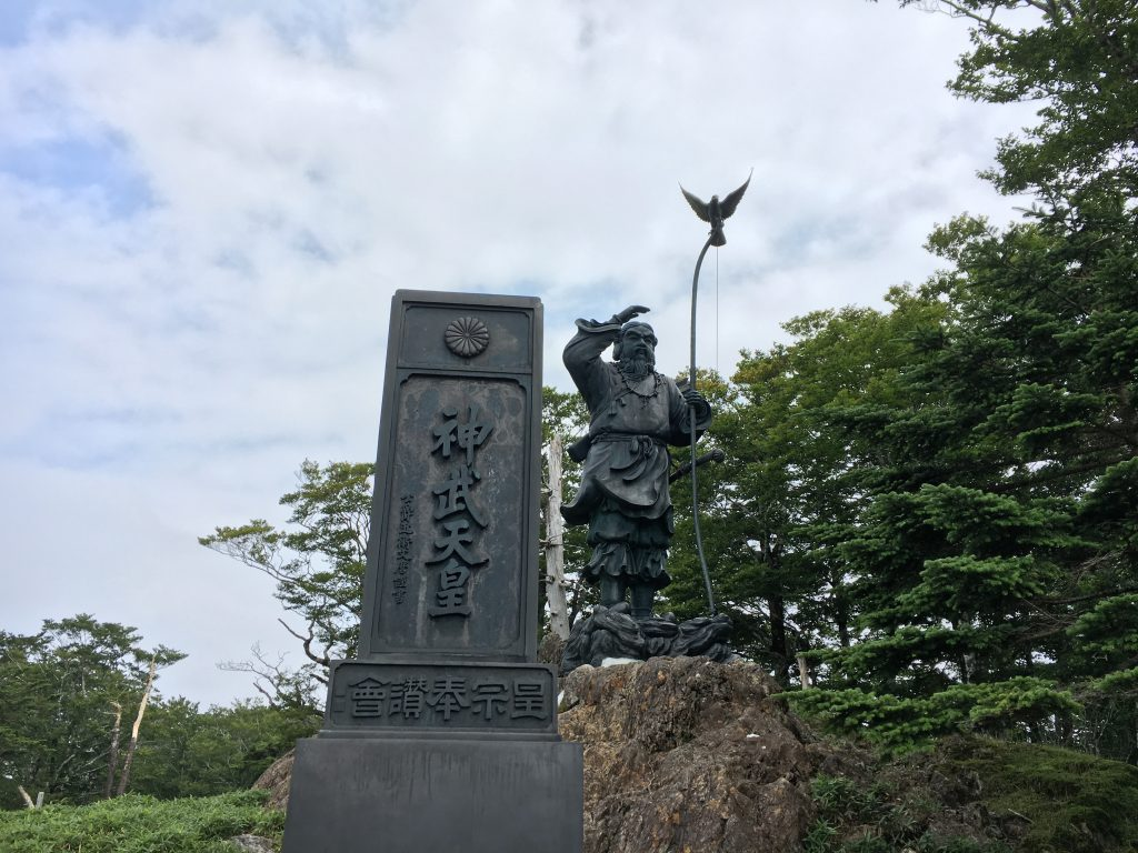 神武天皇像