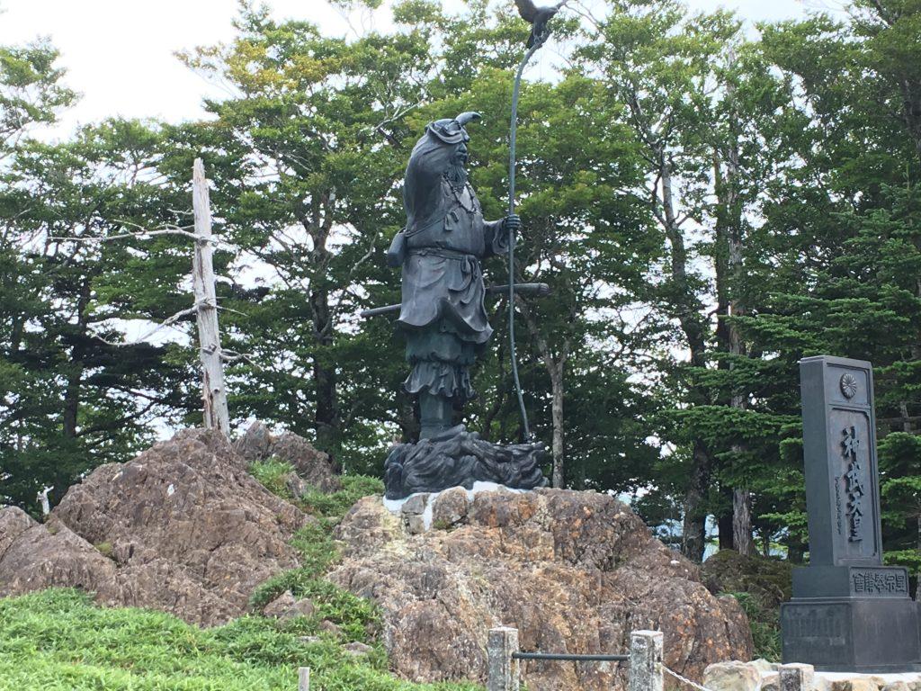 神武天皇像を横から