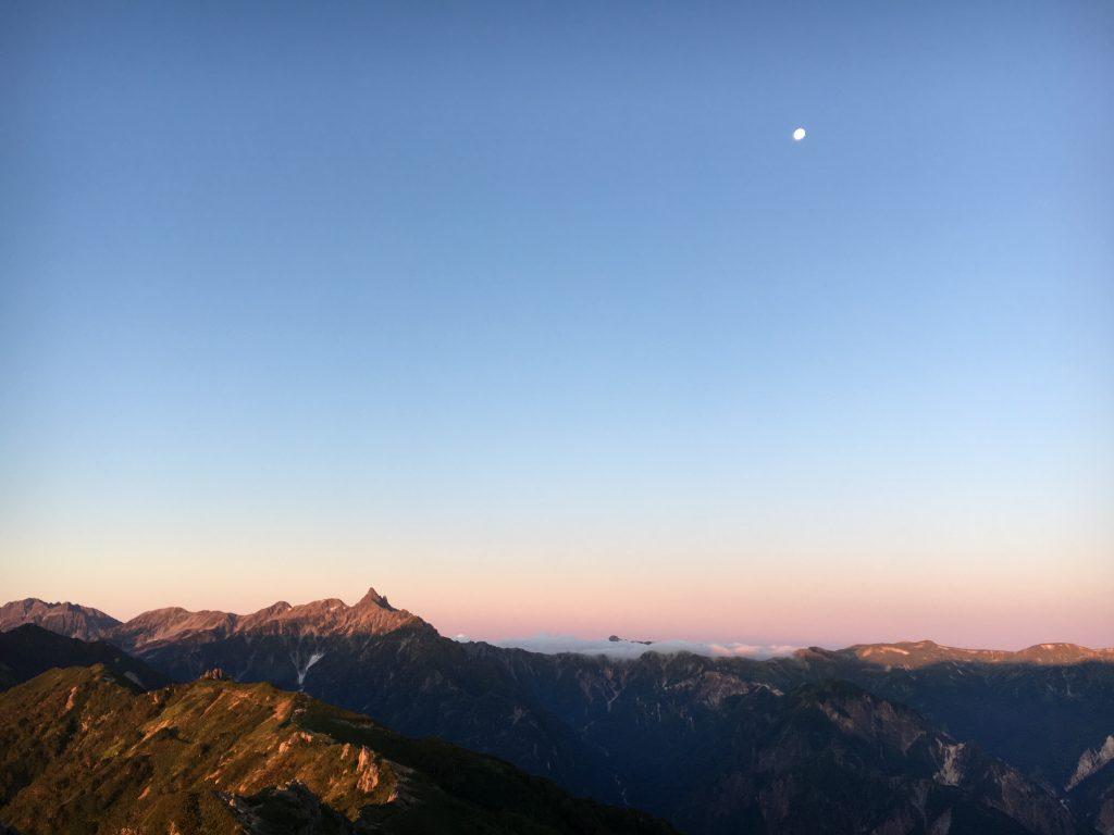 朝日と槍ヶ岳と月