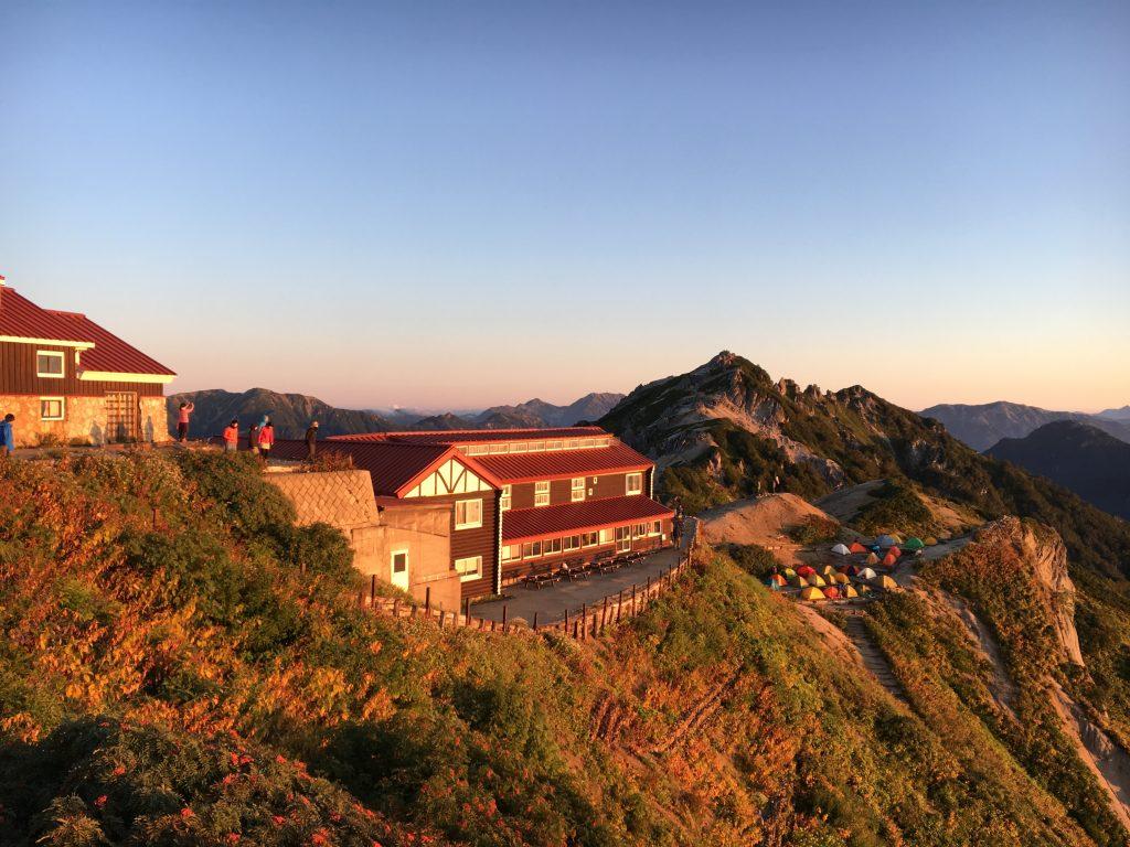 朝日に照らされる燕山荘