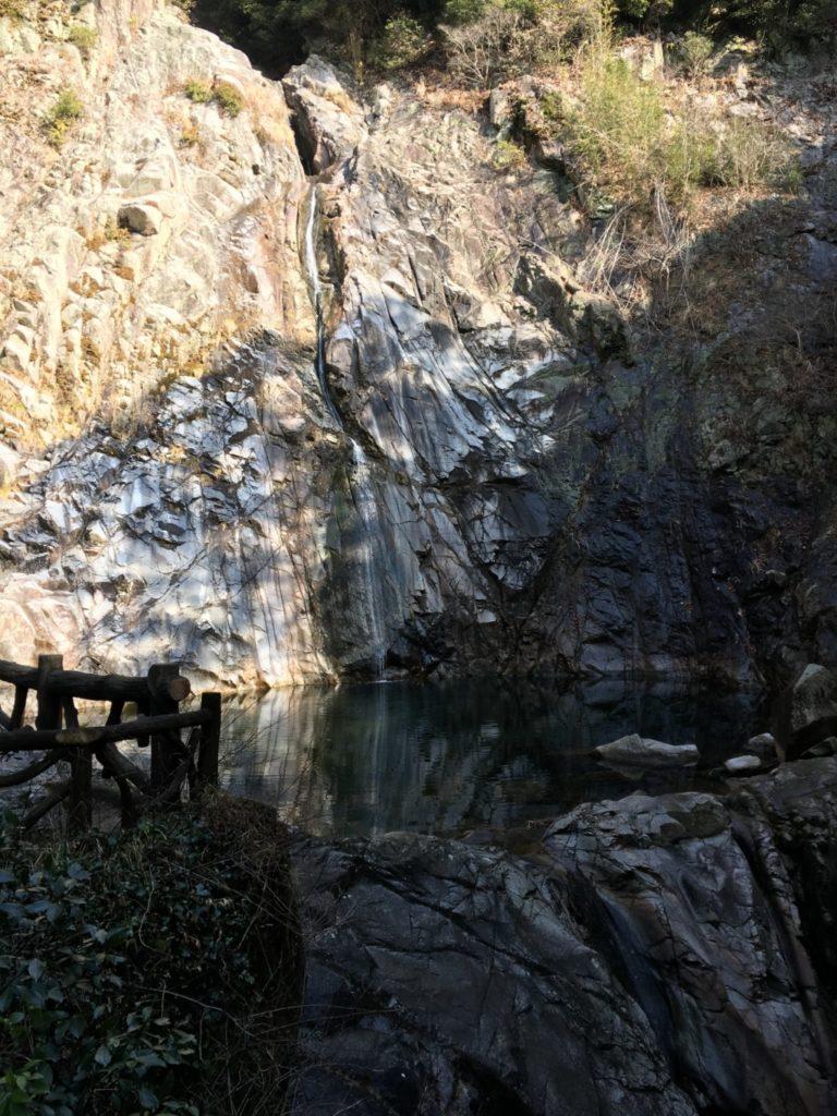 干からびた布引の滝