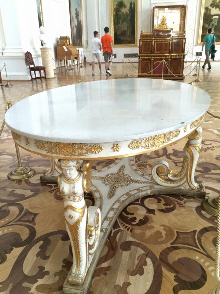 重厚なテーブル