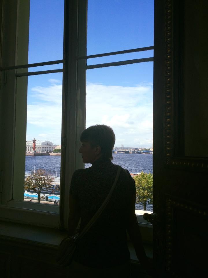 窓際に佇むロシア人女性