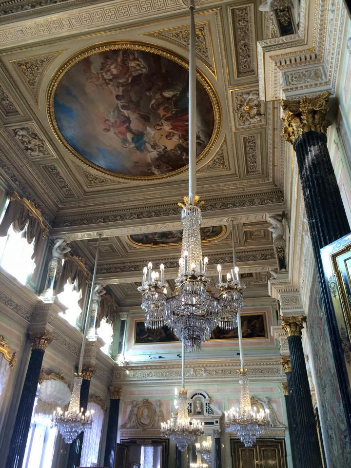 シャンデリアと天井の壁画