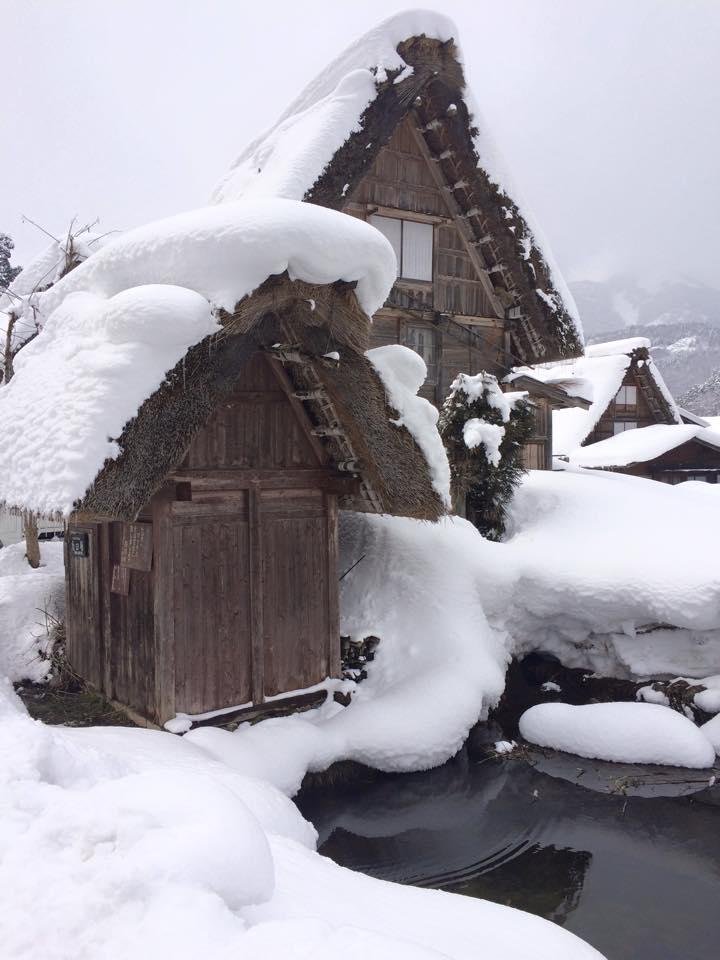 納屋に分厚く積もる雪