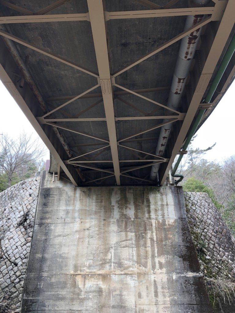 橋をくぐる