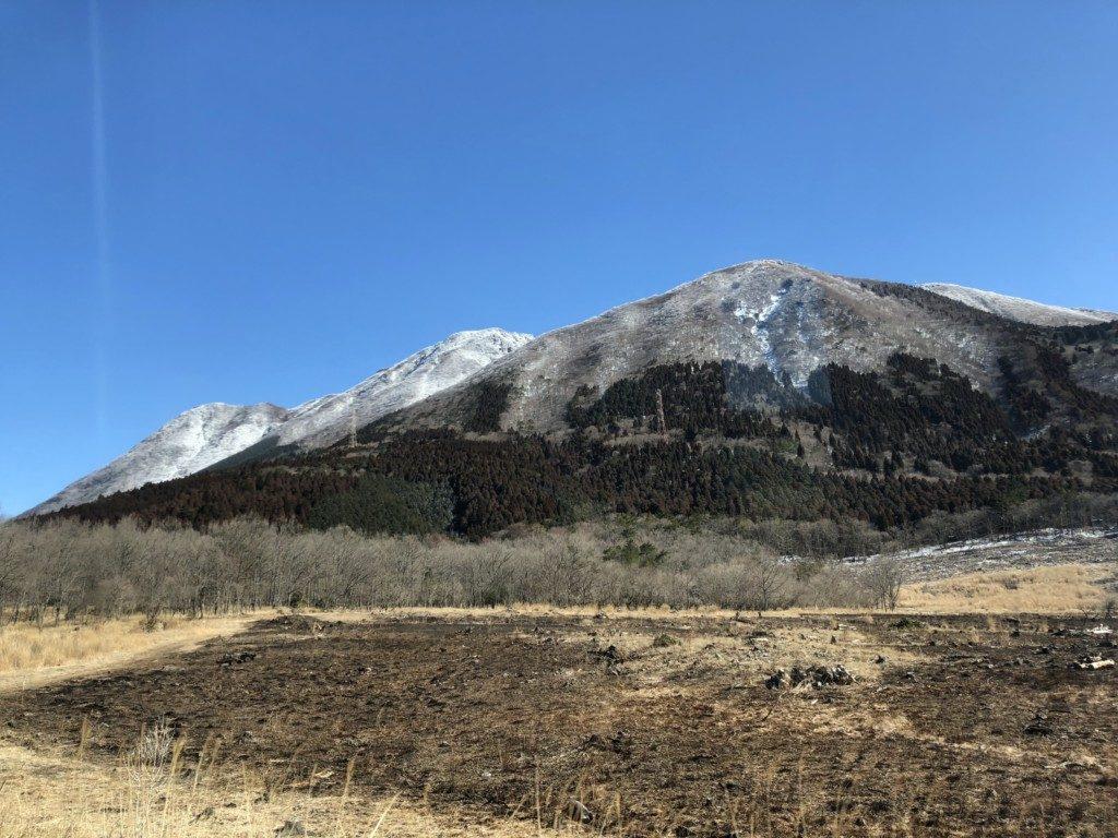 登山口から由布岳を望む