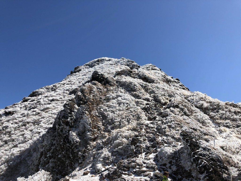 東峰を見上げる