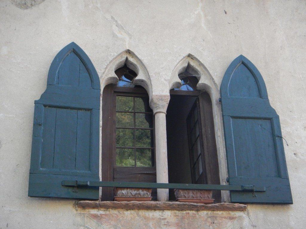 不思議な形の窓