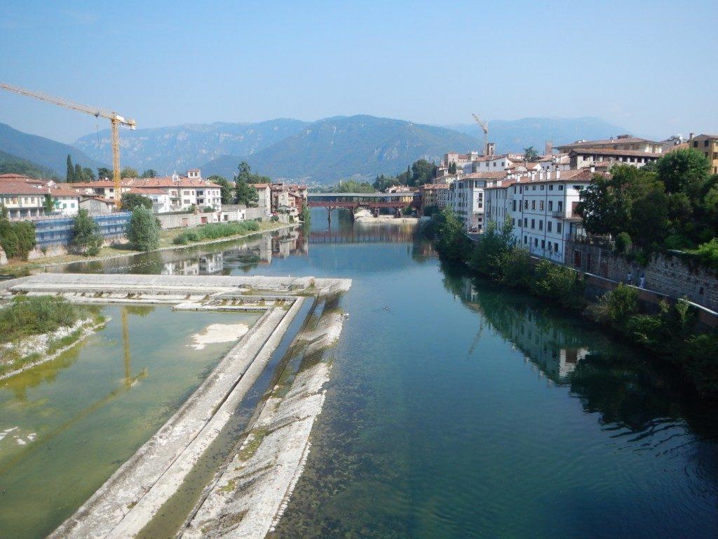 街を結ぶアルピニ橋
