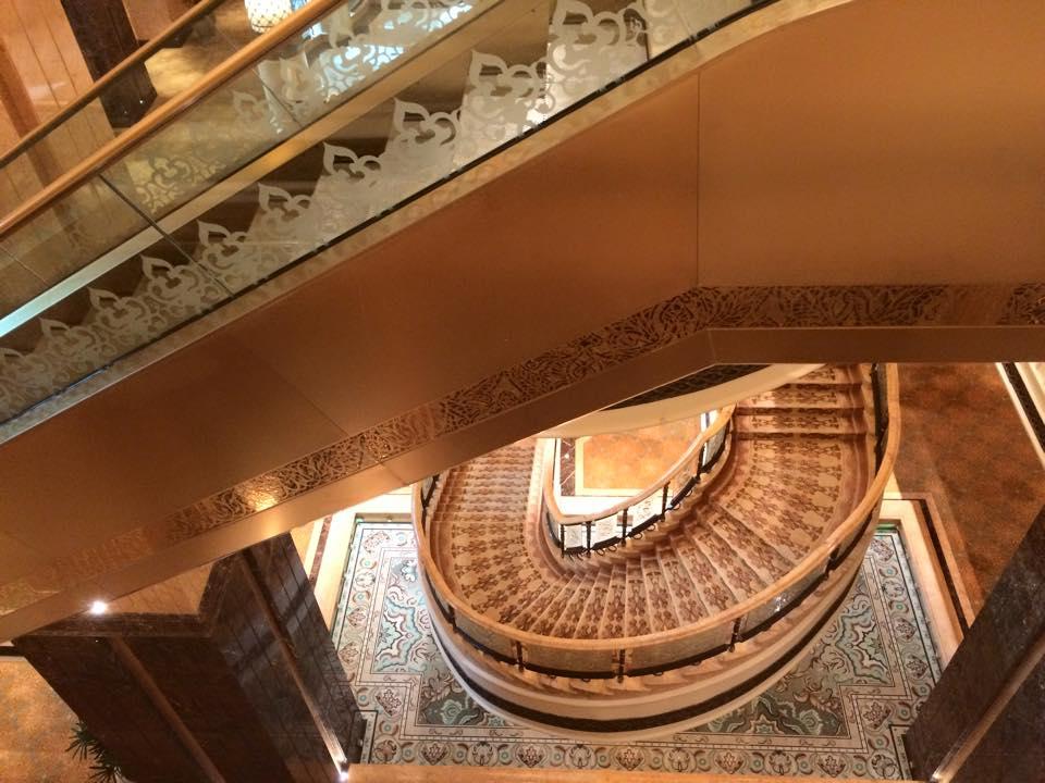 ロビー吹き抜けの階段