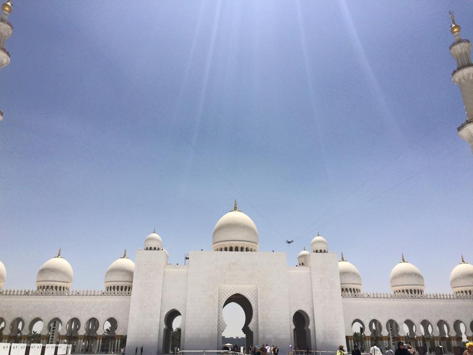 陽光に照らされるモスク
