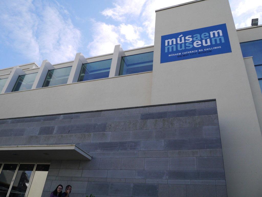 コリブ沿い側美術館