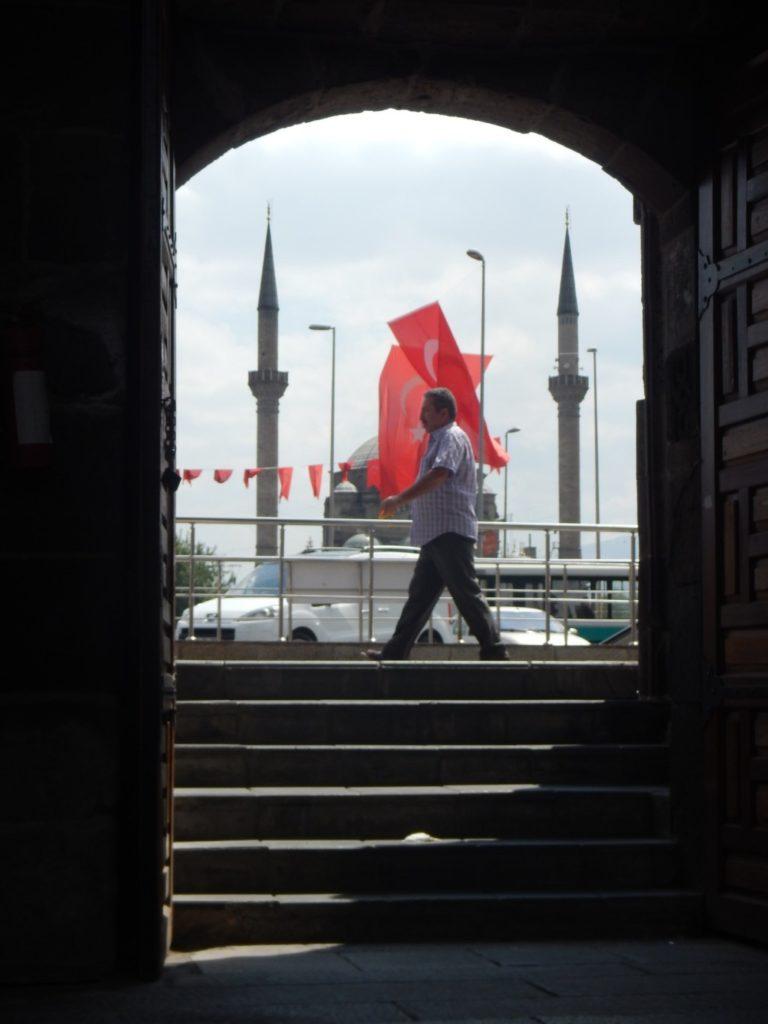 トルコ国旗とトルコ人