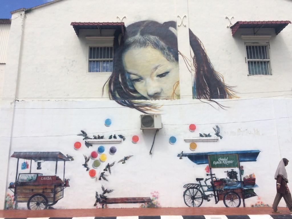 壁画アートに溶け込む人
