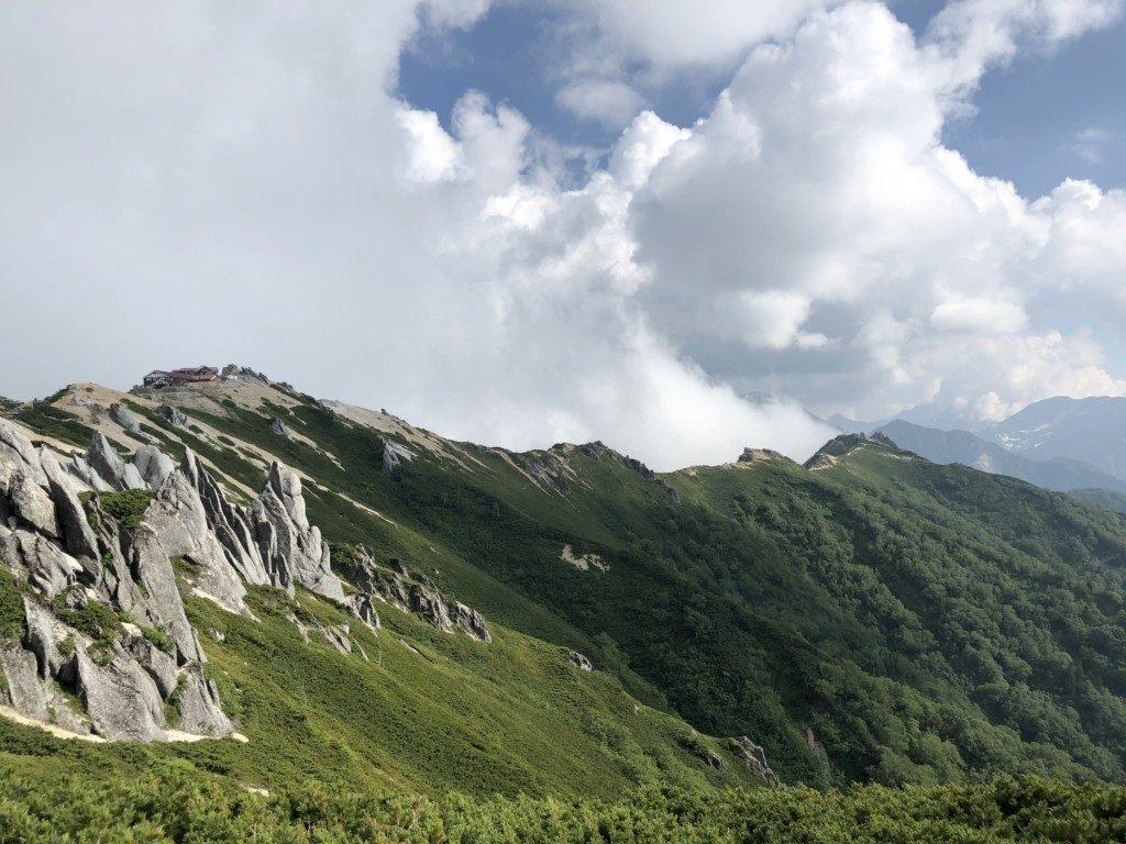燕山荘と稜線