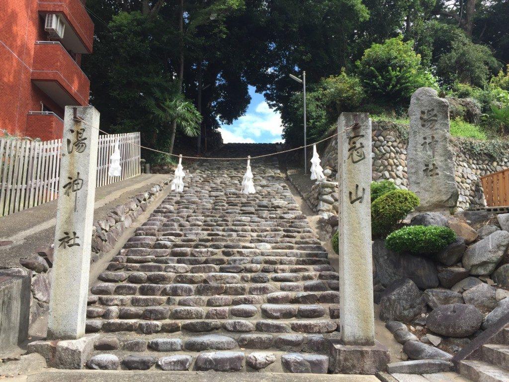 石段と神社