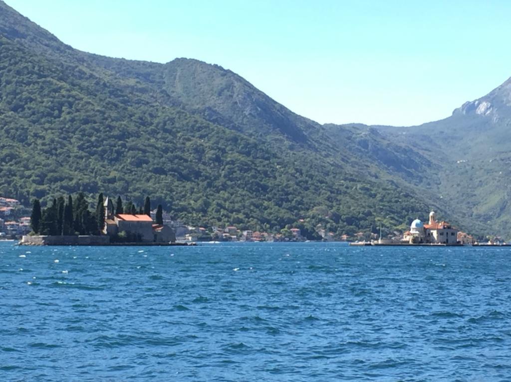 島に浮かぶ教会