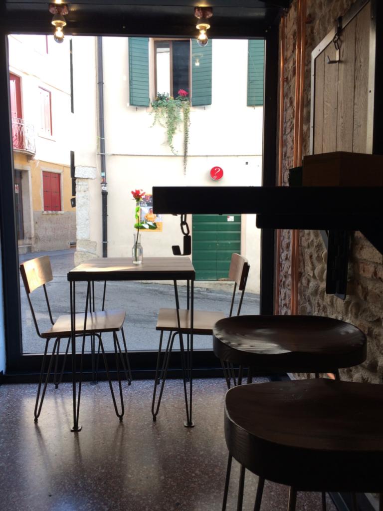 レトロでモダンなカフェ