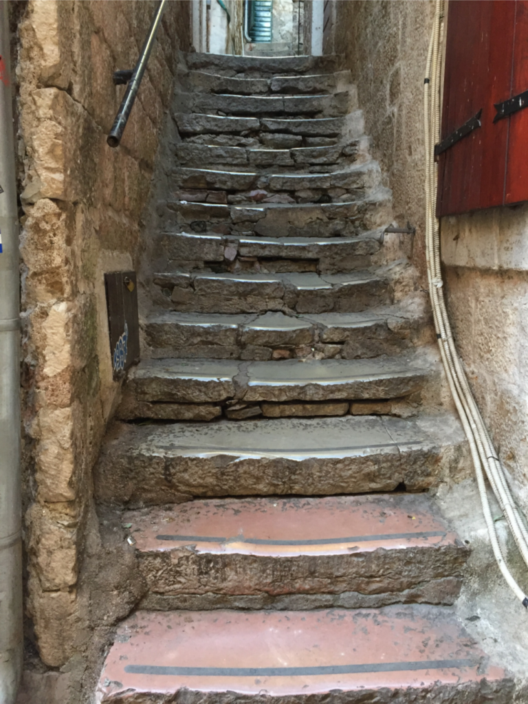 磨り減った階段