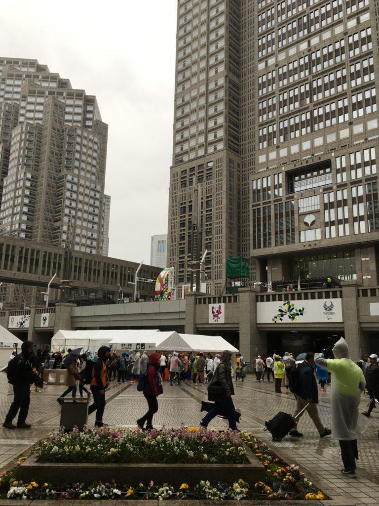 雨の都庁前