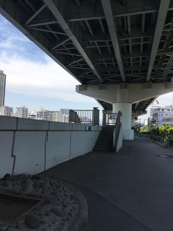 蔵前橋から隅田川テラスへ降りる階段